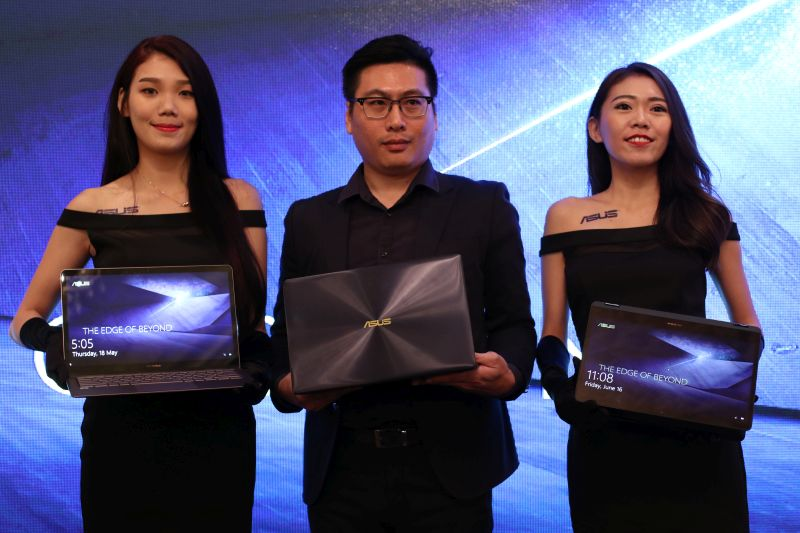 Leo Tseng, Country Manager, ASUS Malaysia standing in the middle, with ZenBook 3 Deluxe (left) and the ZenBook Flip S (right).