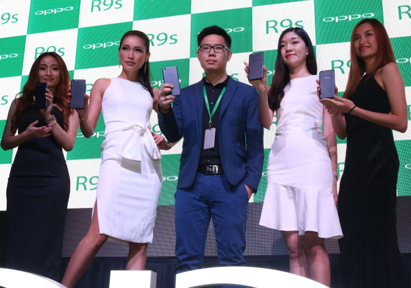 From L-R: Supermodel Amber Chia (second from left), and Ken Ng, Product Manager, OPPO (middle), posing with the R9s Black Edition.