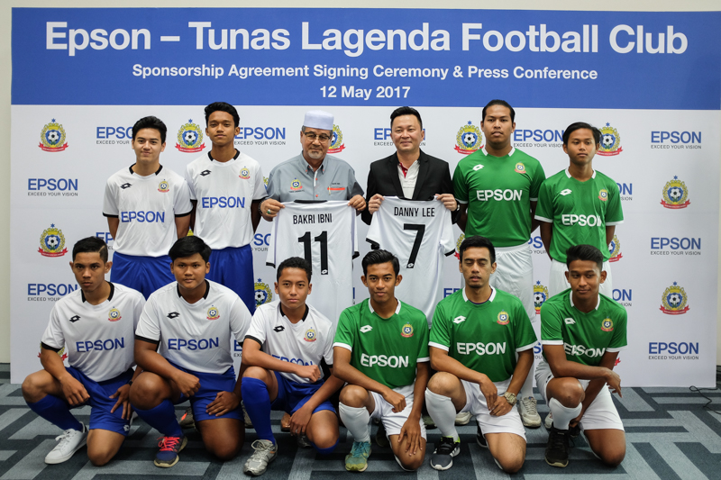 From L-R: Tuan Haji Bakri Ibni, Founder of Tunas Lagenda Football Club (top row, third from left) and Danny Lee, General Manager, Sales and Marketing, Epson Malaysia (top row, fourth from left) during the sponsorship agreement signing ceremony earlier today.