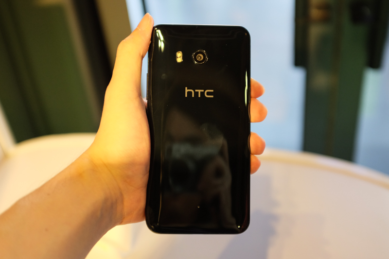 The 'Liquid Surface' back of the HTC U11 is highly reflective, which makes it a fingerprint magnet.