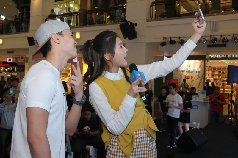 One lucky fan had the chance to take a selfie with Ms. Chu using the vivo V5s.