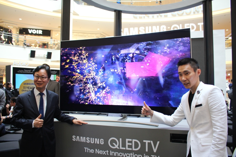 From L-R: Lee Sang Hoon, President, Samsung Malaysia Electronics and Dato Lee Chong Wei at the launch event.
