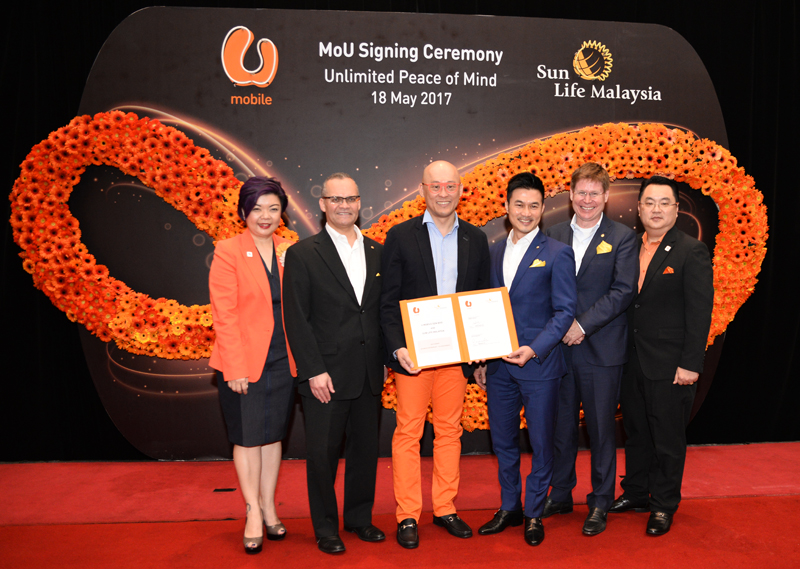 (From Left to Right): Jasmine Lee, CMO, U Mobile; Claude Accum, Incoming President of Sun Life Financial Asia; Wong Heang Tuck, CEO, U Mobile; Raymond Lew, CEO, President and Country Head of Sun Life Malaysia; Kevin Strain, Outgoing President of Sun Life Financial Asia; and Albert Loo, Head of Digital Financial Services, U Mobile.