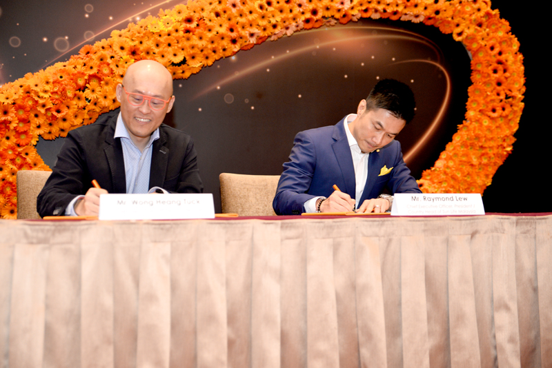 Wong Heang Tuck (left), CEO, U Mobile; and Raymond Lew, CEO, President and Country Head of Sun Life Malaysia, signing the MoU.