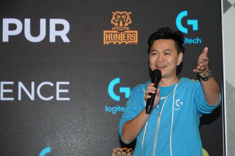 K.P. Sim, Country Manager of Malaysia, Philippines and Brunei, Logitech, presenting the G433 and G233 headsets to the Kuala Lumpur Hunters.