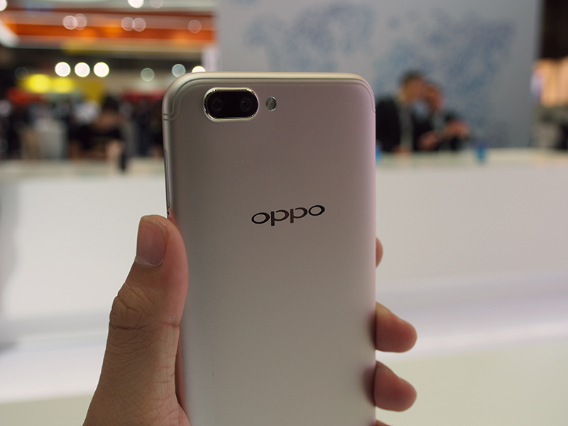 Oppo R11 Plus in Gold.