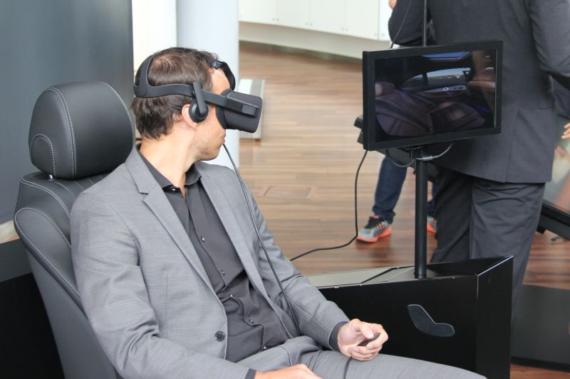 You can experience the Mercedes-Benz Gallery in either VR...