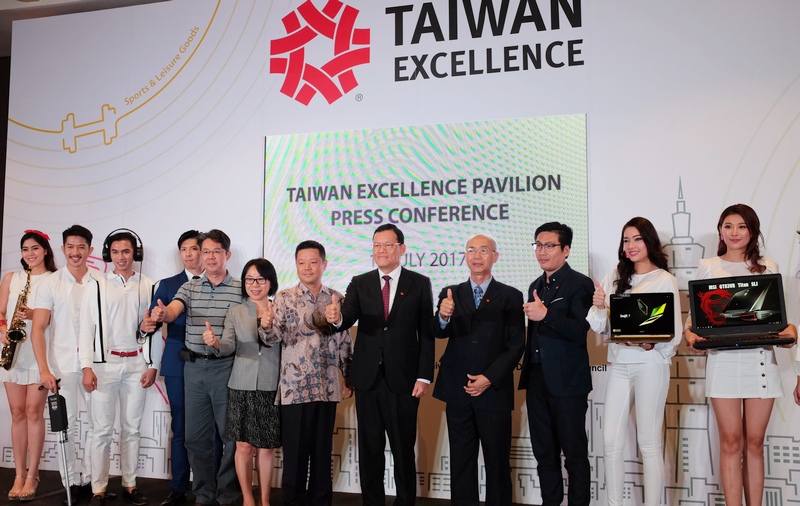(7th from left) Tony Lin, Vice Executive Director, Strategic Marketing Department, TAITRA; James Chi-Ping Chang, Representative, TECO (Taipei Economic & Cultural Office) in Malaysia; and Ong Yew Chee, Director, China Unit, Market Access Section, Market Access & International Partnership Division, MATRADE officiated Malaysia's very first Taiwan Excellence Pavilion at a press conference earlier today.