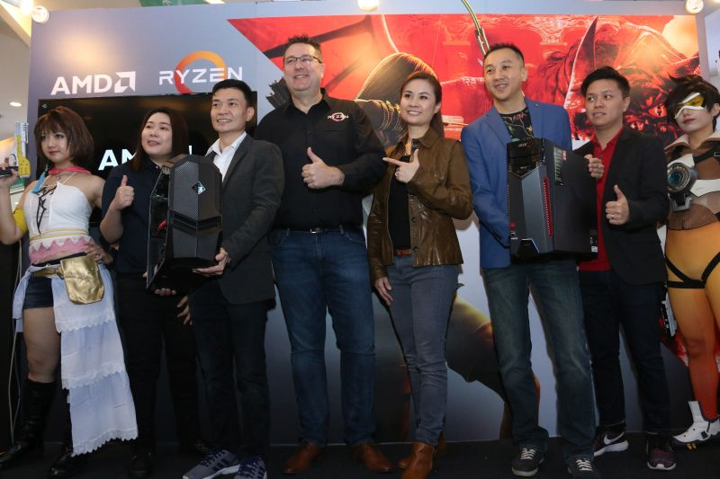 From L-R: Peter Chambers, AMD Director of Consumer Sales for Asia Pacific and Japan (fourth from left); Stacey Gan, HP Market Development Manager of Consumer Notebooks (fourth from right); and Jeffrey Lai, Product Manager, Acer (second from left).