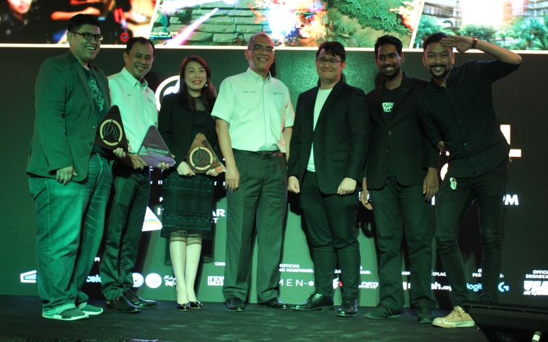 From L-R: Hasnul Hadi Samsudin, Vice President of Creative Content & Technologies Division, MDEC (far left); Akmal Ahmad, Chief Operating Officer of Iskandar Investment Berhad (IIB) (second from left); Kym Lim, Managing Director of HP (third from left); Datuk Ir. Kharil Anwar Ahmad, President and CEO of Iskandar Investment Berhad (IIB) (middle); and Kieran Lam, CEO of Academy of eSports (third from right).