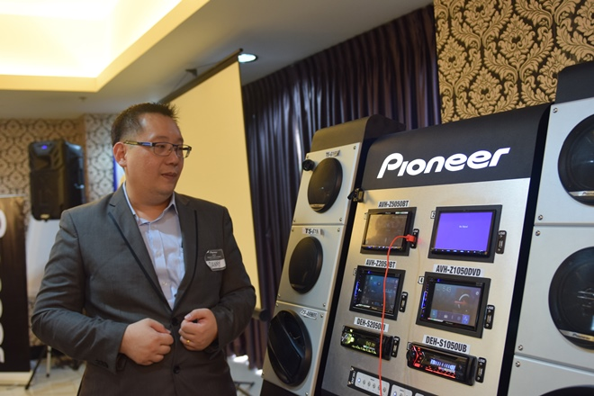 Pioneer's Sales and Marketing Group Business Planning & Marketing Division Danny Quek demonstrate the product to selected members of the press.