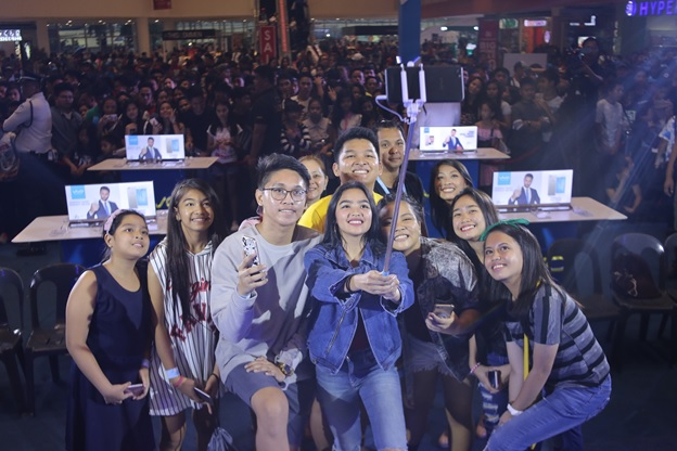 Andrea taking a groufie with her vivo fans during the Vivo Perfect Selfie Tour at SM Fairview