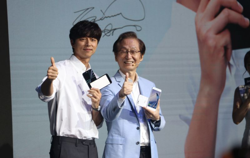 From L-R: Korean star Gong Yoo with Jonney Shih, Chairman of ASUS just after the announcement of the ZenFone 4 family of devices.
