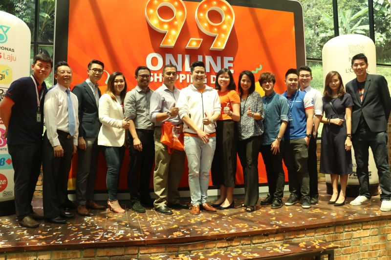 Ian Ho, Managing Director of Shopee (middle) standing amidst Shopee partners.