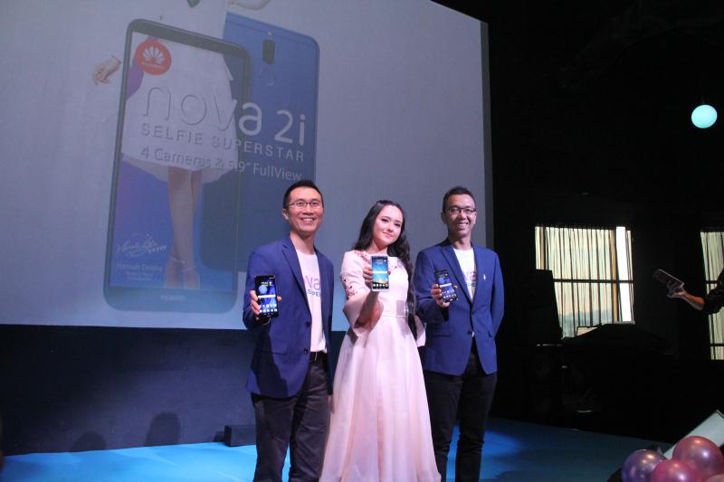 From L-R: Luke Au, Product Director, Huawei Consumer Business Group South Pacific, Hannah Delisha, Huawei Nova Ambassador and Matthew Ng, Deputy Country Director, Huawei Consumer Business Group Malaysia.