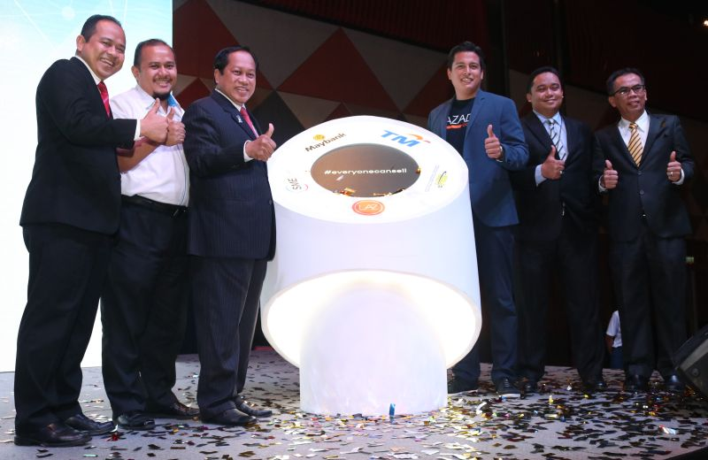 From L-R: Y.B. Datuk Haji Ahmad bin Haji Maslan, Deputy Minister, International Trade and Industry (third from left), and Hans-Peter Ressel, CEO, Lazada Malaysia (third from right).