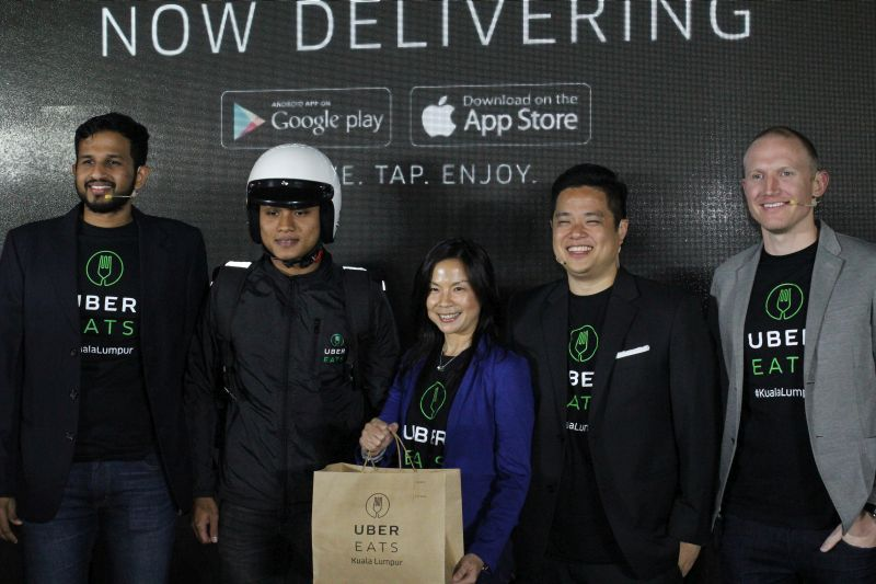 (L-R): Shri Chakravarthy Gopalakrishnan, General Manager of UberEATS Malaysia and Singapore, an UberEATS delivery partner, Geraldine Wong, Head of Marketing, Uber Malaysia, Leigh Wong, Head of Communications Southeast Asia, Uber and Allen Penn, Regional General Manager, APAC, UberEATS.