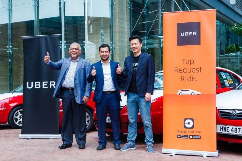 From L-R: Dato' SM Shalahuddin SM Amin, President, Gabungan Pengusaha Teksi Semenanjung; Wan Md Hazlin Agyl Wan Hassan, Head of Taxi, Suruhanjaya Pengangkutan Awam (SPAD); and Warren Tseng, General Manager, Uber Singapore and Malaysia. <br> Image source: Uber Malaysia.