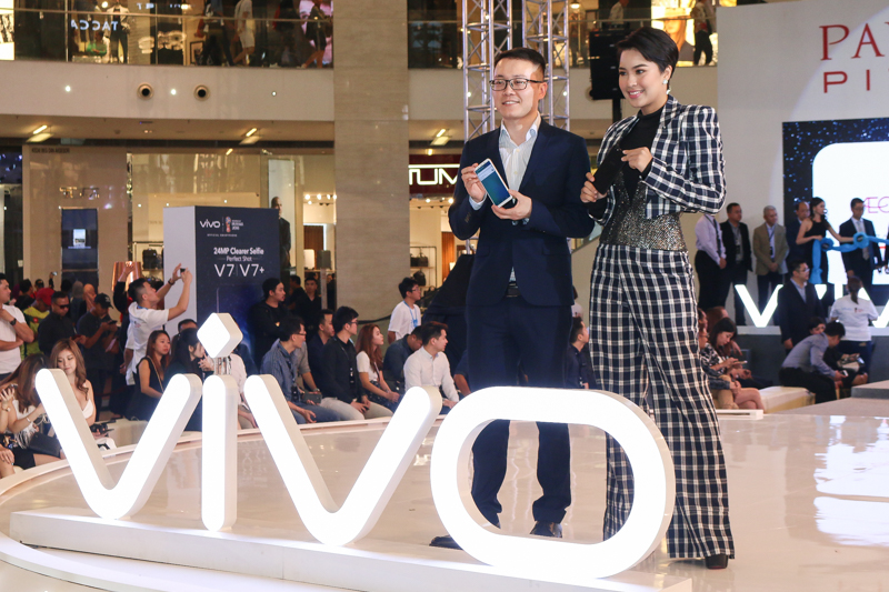 From L-R: Mike Xu, Chief Executive Officer of vivo Malaysia, and Malaysian vivo V7+ ambassador, Janna Nick.