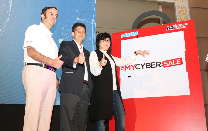 From L-R: Ganesh Kumar Bangah, Deputy Chairman of PIKOM and Chair of e-commerce Malaysia; Chin Chee Seong, Chairman of PIKOM; and Datuk Yasmin Mahmood, CEO of MDEC during the launch of #MYCYBERSALE 2017.