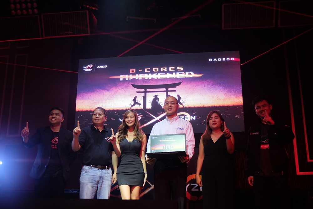 ASUS Philippines executives, led by country manager George Su and country product manager Joey Nocom, together with brand ambassador Ann B. Mateo, graced the launch the ROGStrix GL702ZC.