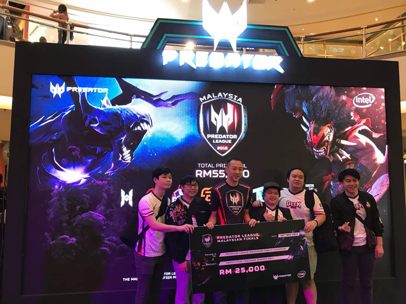 Geek Fam, the champion of the Malaysian leg of the Asia Pacific Predator League, receiving their RM25,000 cash prize from Johnson Seet, Director of Products, Acer Malaysia.