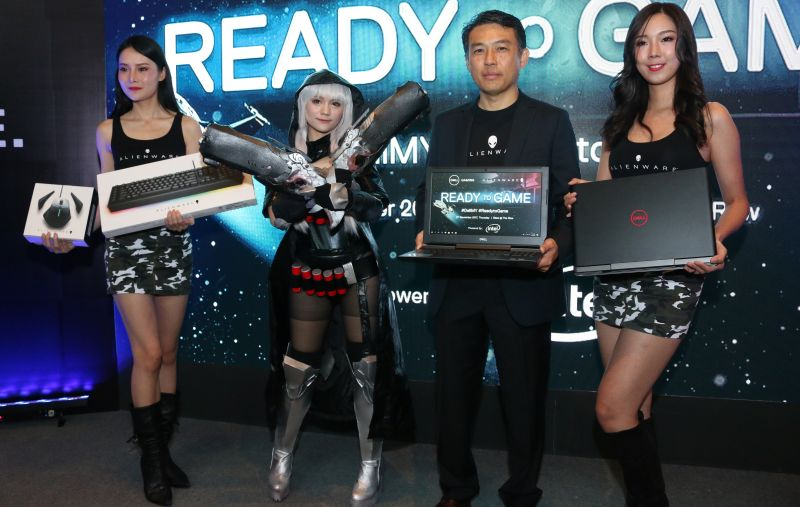 Pang Yee Bang, Managing Director, Dell Malaysia and Senior Vice President, South Asia and Korea, Dell EMC, posing with the new Dell Inspiron 15 7000.