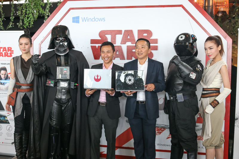 From L-R: Gary Khan, Consumer Lead, Lenovo Malaysia (third from left) and Khoo Hung Chuan, General Manager, Lenovo Malaysia and Singapore (fourth from left) holding up the new Star Wars Special Edition Lenovo Yoga 920.