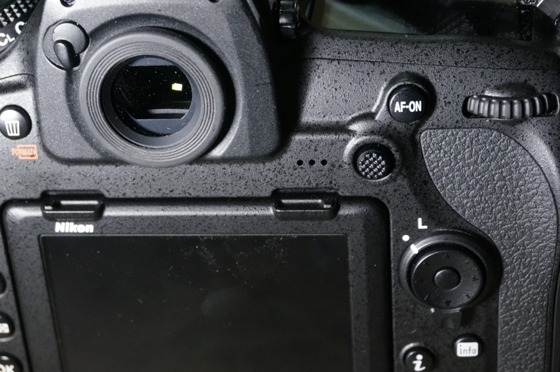The focus selector joystick makes it much easier for you to adjust focus point with eye up to the viewfinder.