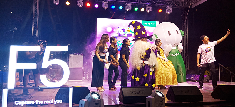 Eason de Guzman (right), OPPO Philippines Public Relations Manager takes a groufie with OPPO's Ollie and Enchanted Kingdom's Eldar and Princess Victoria.