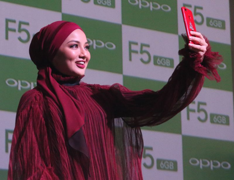 Neelofa, the OPPO F5 6GB ambassador.