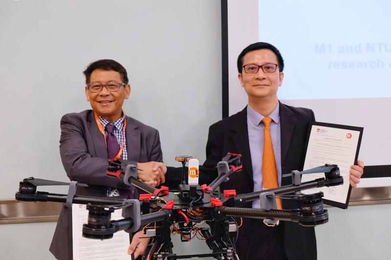 NTU ATMRI Director Prof Vu Duong and M1 CTO Denis Seek at the MOU signing