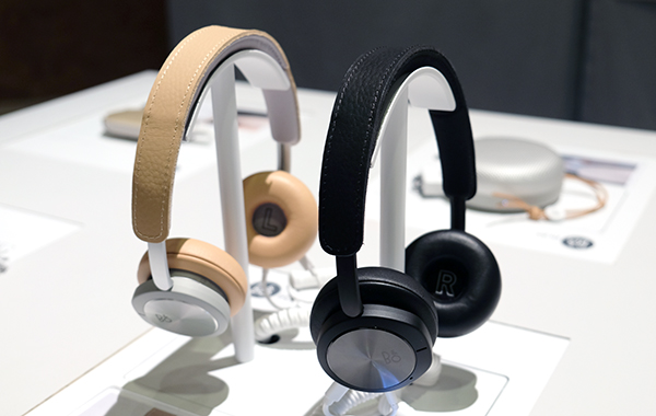 The B&O Play H8i also comes in beige and black. Likewise, one can expect seasonal special edition colors in the future.