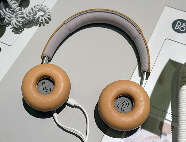 Note the smaller ear cups of the H8i, which, again, are made out of lambskin leather.
