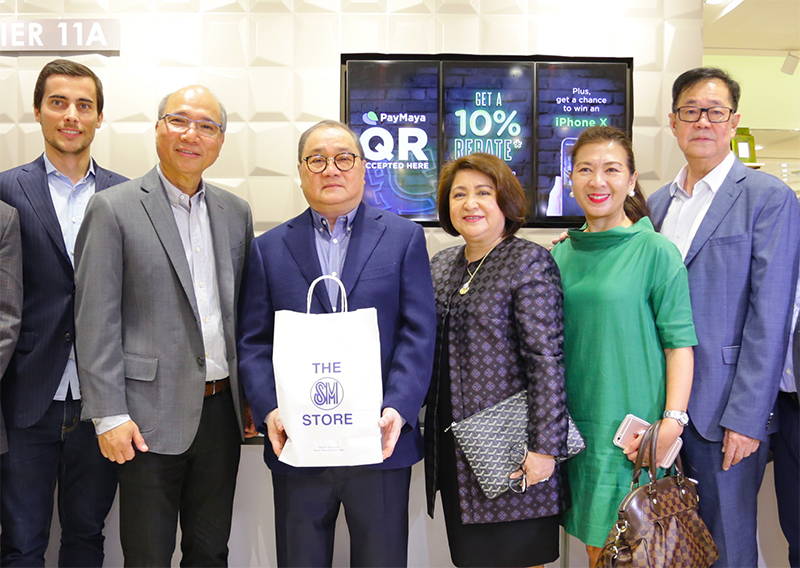 Present during the #TheSMStorexPayMaya partnership launch were PLDT, Smart, Voyager and PayMaya Chairman Manuel V. Pangilinan (third from left); The SM Store President Chelo C. Monasterio (third from right); PayMaya President and CEO Orlando B. Vea (second from left); Smart Vice President for Wireless Key Accounts Development Precy Katigbak (second from right); SM Mart, Inc. Executive Vice President for Controllership Ricky A. Lim (rightmost); PayMaya COO and Managing Director Paolo Azzola (leftmost).