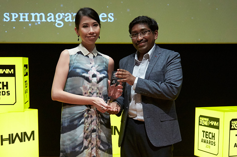 The Editor's Choice award for Best Micro Speaker goes to B&O's Beoplay P2. Accepting the award here is Ms. Eileen Tan, Marketing & PR Manager, Bang & Olufsen Singapore.