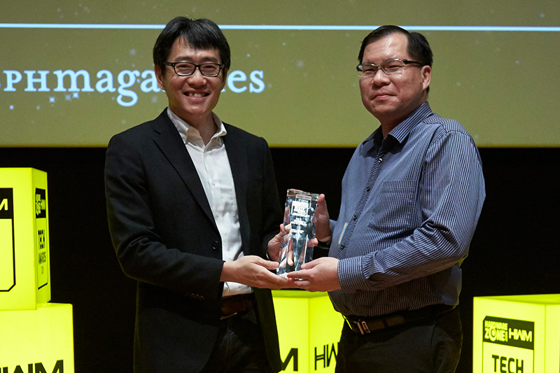 Gigabyte's Aorus GTX 1080 Ti is the Editor's Choice winner for Best Gaming Graphics Card. Receiving the award here is Mr. Andrew Cheong from CDL Trading Pte. Ltd., the distributor for Gigabyte graphics cards in Singapore.