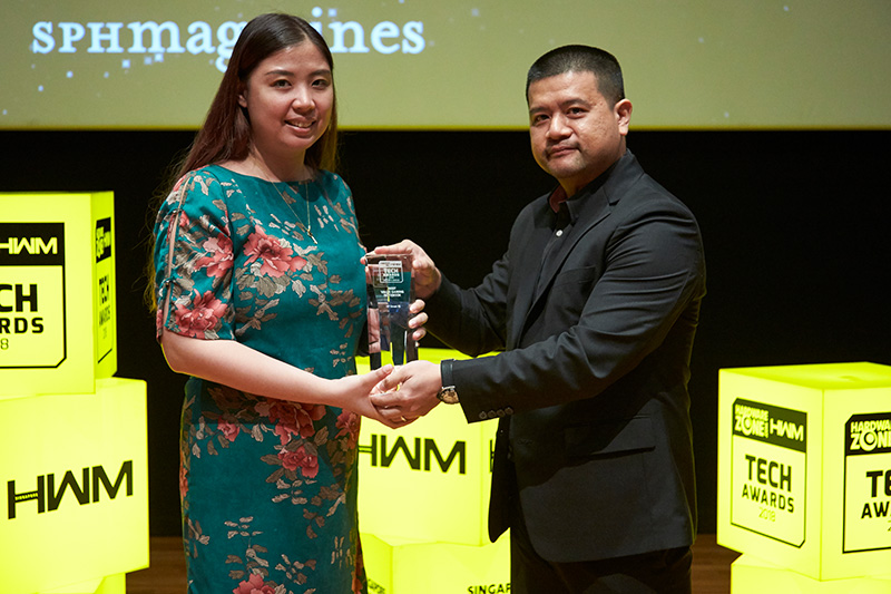 The Editor's Choice for Best Value Gaming Notebook goes to the HP Omen 15. Accepting the award here is Ms.Sheryl Chan, Marketing Manager at HP.