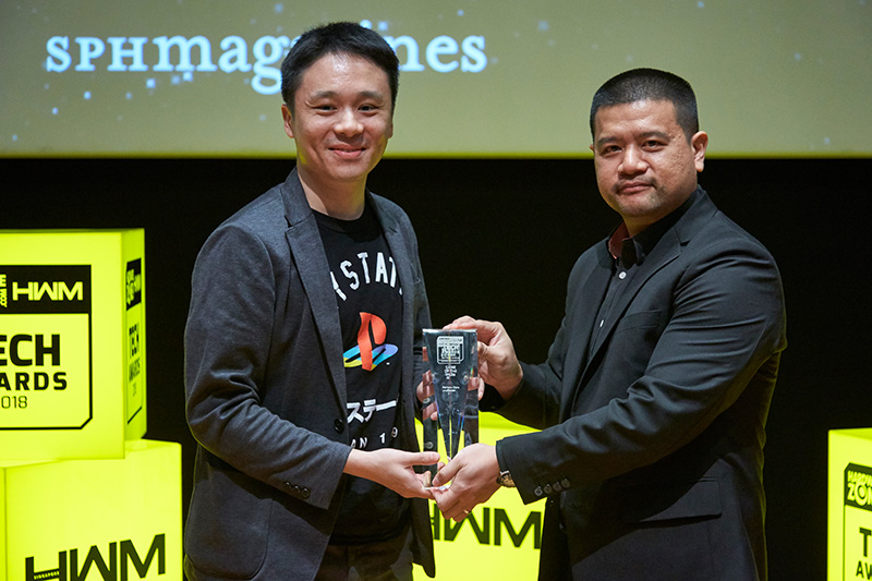Sony Interactive Entertainment wins the Readers' Choice awards for Best Gaming Console Brand and Best VR Gaming Gear Brand, while Horizon Zero Dawn picks up the Editor's Choice for Game of the Year. Accepting the awards here is Mr. Ian Purnomo from Sony.