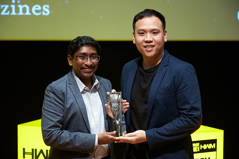 The Readers' Choice for Best In-Ear Earphones Brand this year goes to Klipsch. Accepting the award here for Klipsch is Mr. Tan Jian Ming, Sales Director of Tat Chuan Acoustic.