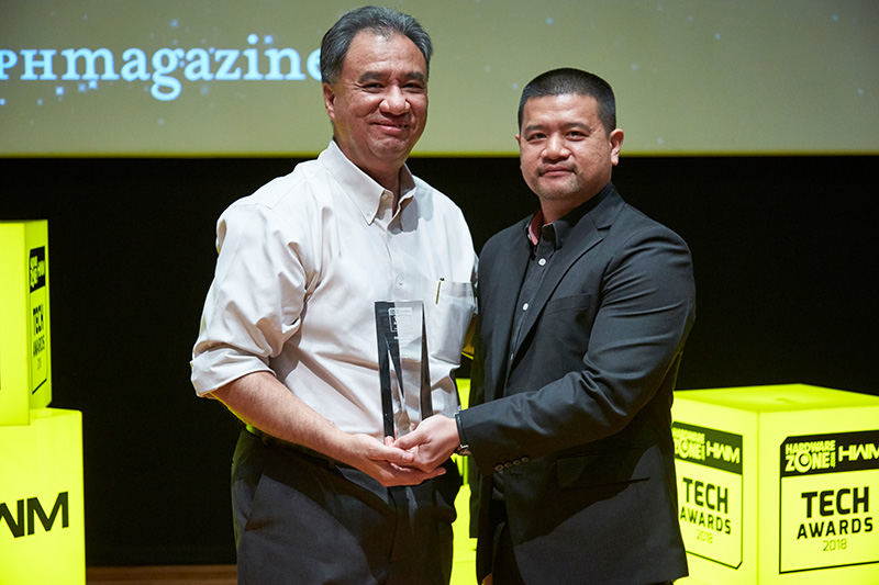 Sony wins 7 awards this year, including Editor's Choice for Best Noise Canceling Headphones and Best High-end Interchangeable Lens Camera; and Readers' Choice for Best Home Theater Projector Brand. Sony's A9 pro mirrorless camera also wins an Innovation award. Accepting the awards here from Mr. Raymond Goh, Group Editor for HWM Singapore and HardwareZone.com is Mr. Leon Pereira, Senior Manager, Corporate Communications Division at Sony Electronics Asia Pacific Pte. Ltd.
