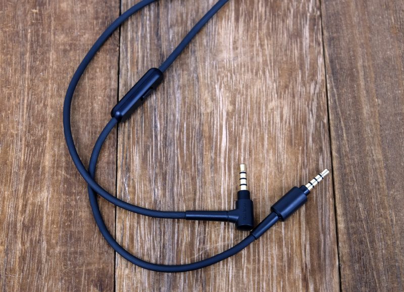 The 3.5mm cable features an inline remote and microphone.