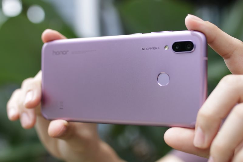 The phone has a dual rear cameras setup pairing a 16-megapixel lens and a 2-megapixel lens. The camera setup has AI features, similar to the Huawei P20.