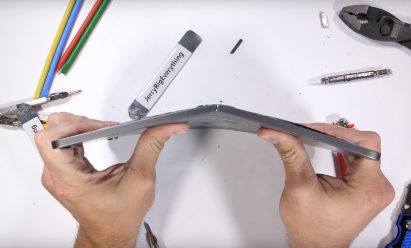 The new iPad Pro bends under slight pressure. <br> Screenshot taken from JerryRigEverything's iPad Pro Bend Test! (YouTube)