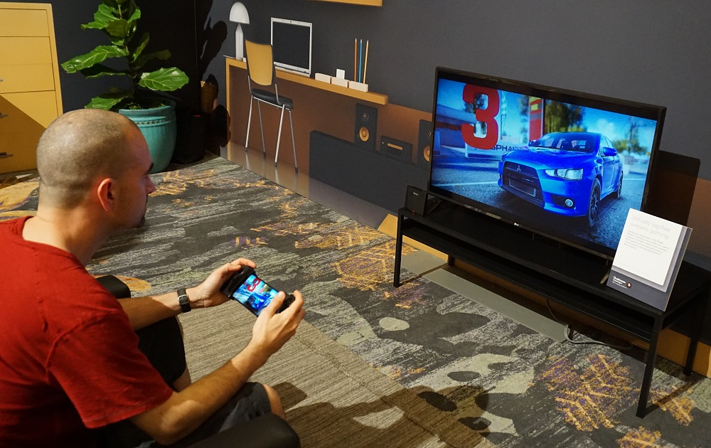 Qualcomm showed off a use-case with 802.11ay Wi-Fi standard with virtual lag-free wireless gaming where you can mirror your phone's display to the big TV screen to game with ease and this was facilitated by an ASUS pre-production 802.11ay access point.