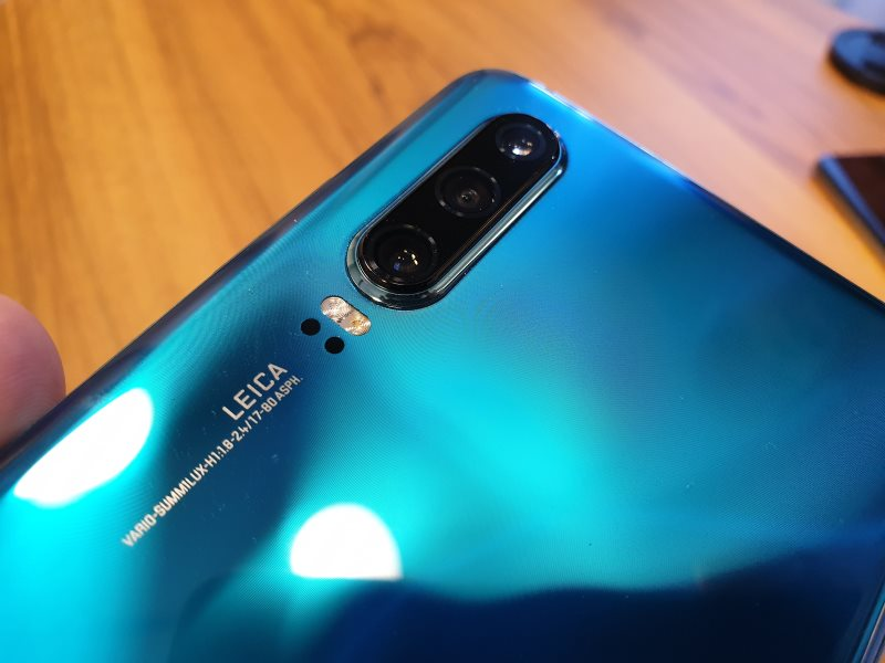 """The P30 isn't as advanced as the P30 Pro, with """"only"""" a triple camera setup, but it still has the same 40MP SuperSpectrum main sensor, while the other two cameras are similar to the Mate 20 with a 16MP f/2.2 ultra wide and 8MP f/2.4 telephoto with 3x optical zoom and 5x hybrid zoom. The P30 also boasts 30x digital zoom, which is still plenty good considering last year's achievements."""