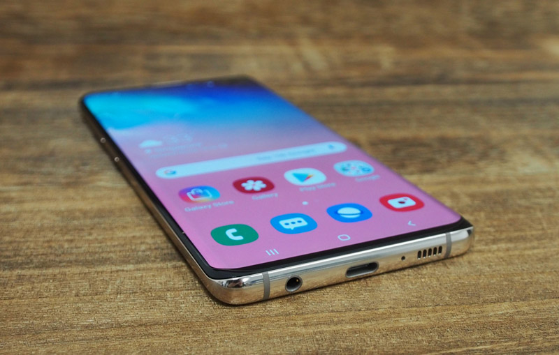 The S10/S10+ comes with a standard 3.5mm headphone jack too.