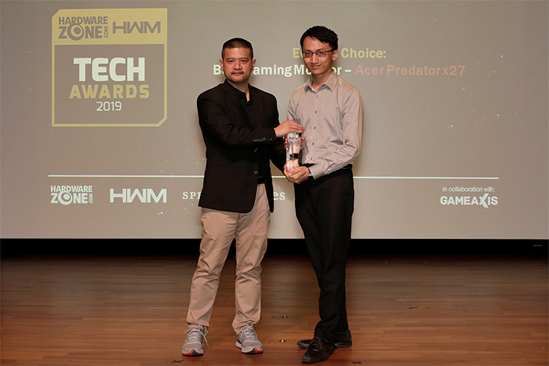 The Editor's Choice for Best Gaming Monitor goes to the Acer Predator x27. Accepting the award here is Mr. Er Jun Liang from Acer.