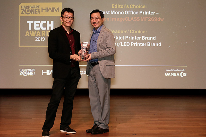 Canon is the recipient of 5 awards this year, including Editor's Choice for Best Mono Office Printer (imageCLASS MF269dw); and Readers' Choice for Best Premium Compact Camera Brand, Best Interchangeable Lens Camera Brand, Best Inkjet Printer Brand, and Best Laser/LED Printer Brand. Here's Mr. Edwin Teoh, Assistant Director, Head of Marketing, Canon Singapore, accepting the awards from HWM Singapore Editor Zachary Chan.