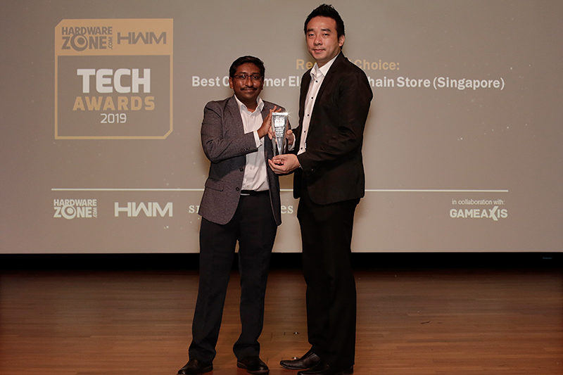 Our readers have voted and Challenger is their favorite consumer electronics chain store in Singapore. Accepting the trophy here is Mr. Chia Cheng Yen, Head of ValueClub (Sales & Branding), Challenger Technologies.